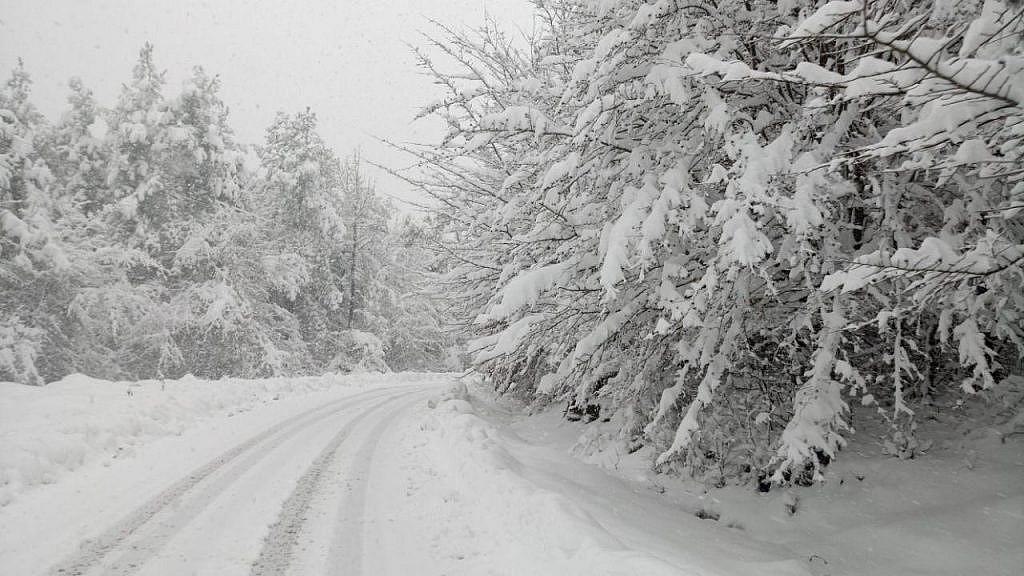 جاده اقامتگاه بوم گردی خانه گلی در زمستان